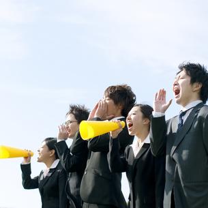 叫ぶビジネスマンとビジネスウーマンの写真素材 [FYI04543739]