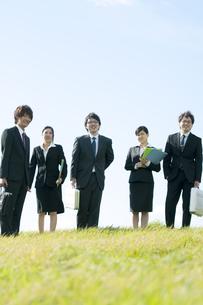 草原に立つビジネスマンとビジネスウーマンの写真素材 [FYI04543744]