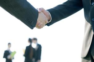 握手をするビジネスマンの手元の写真素材 [FYI04543797]