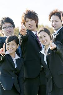 指を指すビジネスマンとビジネスウーマンの写真素材 [FYI04543813]