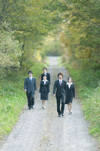 一本道を歩くビジネスマンとビジネスウーマンの写真素材 [FYI04543816]