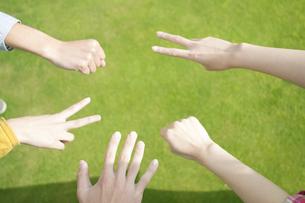 草原でジャンケンをする若者たちの手元の写真素材 [FYI04543859]