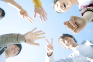 ジャンケンをする若者たちの手元の写真素材 [FYI04543880]