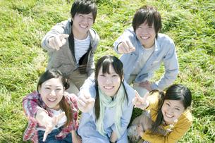 草原でジャンケンをする若者たちの写真素材 [FYI04543883]