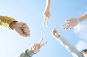 ジャンケンをする若者たちの手元の写真素材 [FYI04543884]