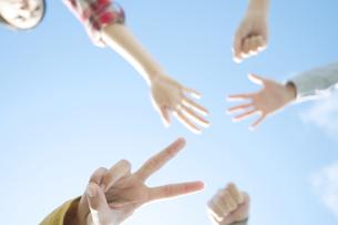 ジャンケンをする若者たちの手元の写真素材 [FYI04543886]