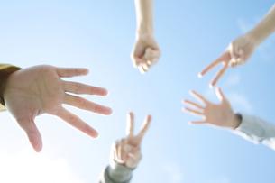 ジャンケンをする若者たちの手元の写真素材 [FYI04543888]