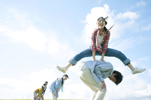 馬跳びをする若者たちの写真素材 [FYI04543890]