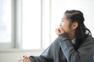 教室で窓の外を見る中学生の写真素材 [FYI04543929]