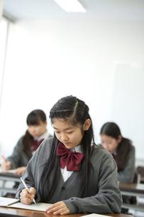 勉強をする中学生の写真素材 [FYI04543948]
