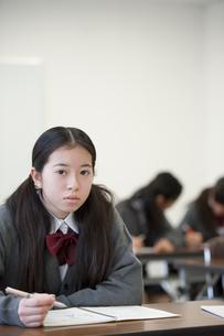 勉強をする中学生の写真素材 [FYI04543952]