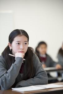 勉強をする中学生の写真素材 [FYI04543955]