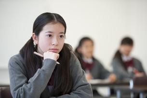 勉強をする中学生の写真素材 [FYI04543957]