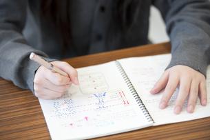勉強をする中学生の手元の写真素材 [FYI04543960]