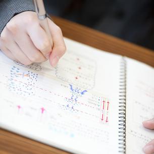 勉強をする中学生の手元の写真素材 [FYI04543962]