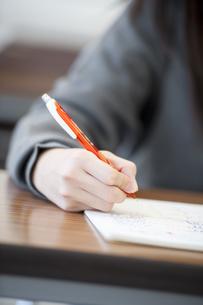 勉強をする中学生の手元の写真素材 [FYI04543964]