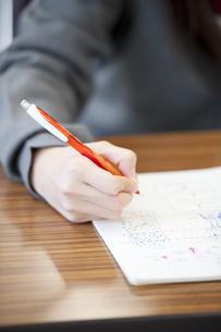 勉強をする中学生の手元の写真素材 [FYI04543966]