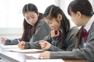 勉強をする中学生の写真素材 [FYI04543971]