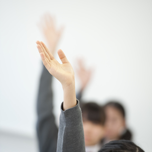 手を挙げる中学生の手元の写真素材 [FYI04543988]