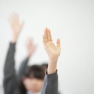 手を挙げる中学生の手元の写真素材 [FYI04543989]