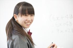 ホワイトボードの前で微笑む中学生の写真素材 [FYI04544004]