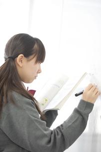 ホワイトボードに数式を書く中学生の写真素材 [FYI04544010]