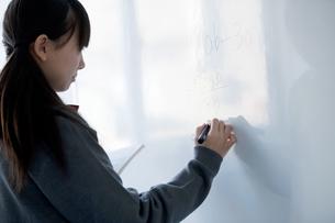 ホワイトボードに数式を書く中学生の写真素材 [FYI04544012]