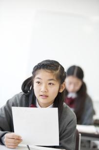 テストを持つ中学生の写真素材 [FYI04544013]