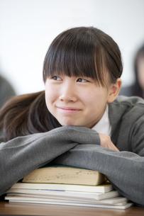 教室で微笑む中学生の写真素材 [FYI04544025]