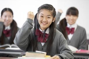 ガッツポーズをする中学生の写真素材 [FYI04544035]