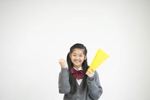 メガホンを持ち微笑む中学生の写真素材 [FYI04544039]