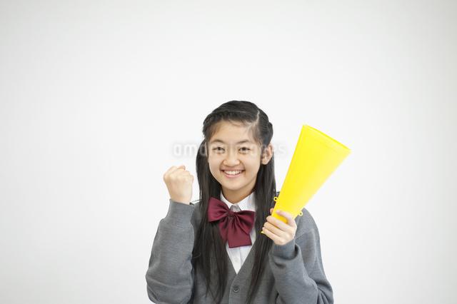 メガホンを持ち微笑む中学生の写真素材 [FYI04544040]