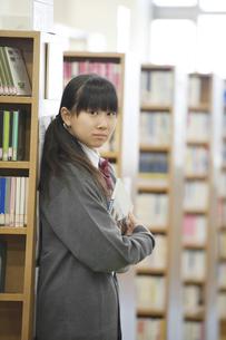 本棚に寄り掛かる中学生の写真素材 [FYI04544043]