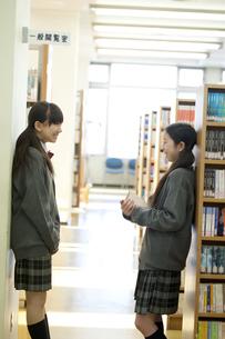 図書館で談笑をする中学生の写真素材 [FYI04544050]