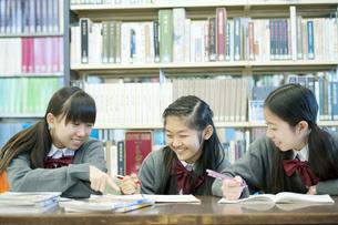 図書館で勉強をする中学生の写真素材 [FYI04544067]