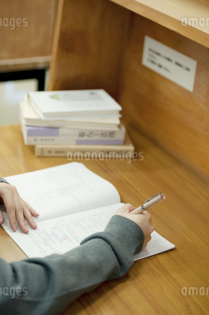 図書館で勉強をする中学生の手元の写真素材 [FYI04544072]