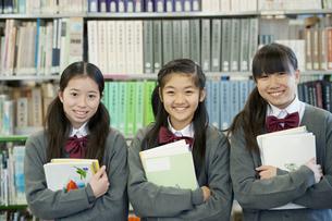 図書館で微笑む中学生の写真素材 [FYI04544075]