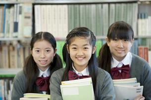 図書館で微笑む中学生の写真素材 [FYI04544077]