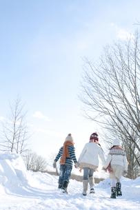 雪道を歩く子供たちの後姿の写真素材 [FYI04544080]