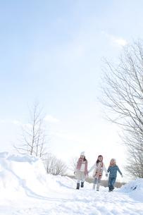 雪道を歩く子供たちの写真素材 [FYI04544083]