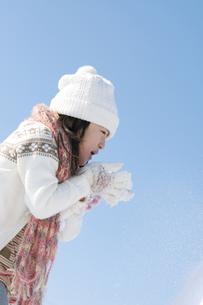 雪を吹く女の子の写真素材 [FYI04544094]