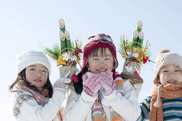 門松を持つ子供たちの写真素材 [FYI04544096]