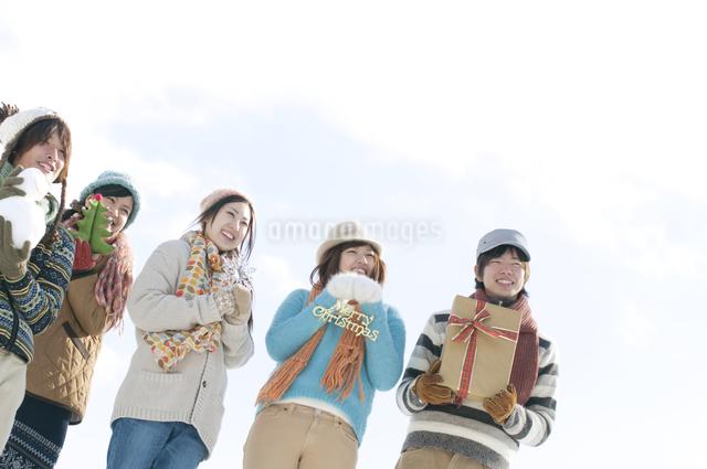 クリスマスグッズを持つ若者たちの写真素材 [FYI04544127]