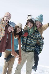 雪原で微笑む若者たちの写真素材 [FYI04544130]