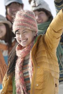 雪原ではしゃぐ若者たちの写真素材 [FYI04544157]