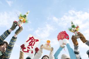 正月グッズを持つ若者たちの手元の写真素材 [FYI04544170]
