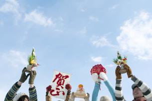 正月グッズを持つ若者たちの手元の写真素材 [FYI04544171]