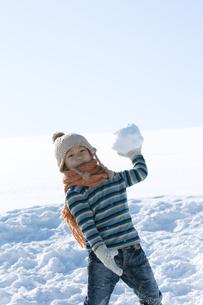 雪原で雪玉を持つ男の子の写真素材 [FYI04544211]