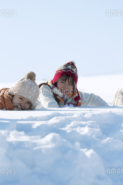 雪原に寝転ぶ子供たちの写真素材 [FYI04544214]