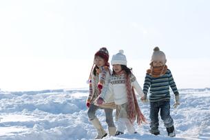 雪原を歩く子供たちの写真素材 [FYI04544220]